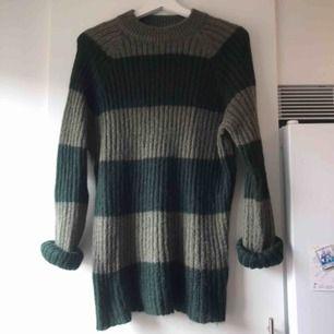 Mysig luddig tröja från Weekday. Lååånga ärmar.  Kan posta för 55kr.