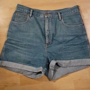 Två par jeansshorts. Lite svårt att avläsa storlek, men skulle säga L.