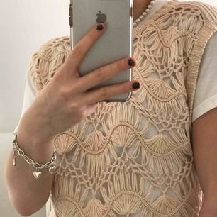 Sååå fin unik stickad väst. Köpt second hand men i perfekt skick. Så snygg att ha över en tshirt som på bilderna, passar xs-m:)