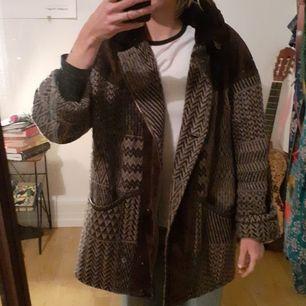 Sicksackmönstrad höstjacka. 80% ull, 15% polyester , 5% a. Fasern. Person på bilden är 178 cm.