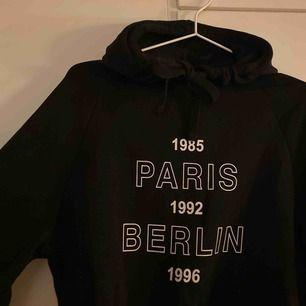 Svart hoodie med tryck, använd ett fåtal gånger. Ni står för frakten✨