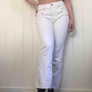 Vita jeans från Kappahl i storlek 38, men skulle säga de passar 36 bättre. Mått kan mätas vid intresse. Jag är ca. 168cm. 163kr, fri frakt samt spårbar.