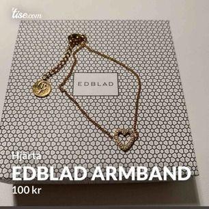 Nästan helt oanvänt armband från Edblad. Guldigt med hjärta och stenar på. Köparen står för frakten!