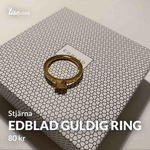Supersnygg ring med en stjärna på från Edblad. Guldig, storlek M eller L (diameter = 19mm). Använd endast en gång! Köparen står för frakten!
