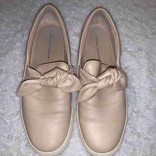 Supersöta skor från Zara, storlek 39. Använda någon enstaka gång, fint skick!  Köparen står för frakten!