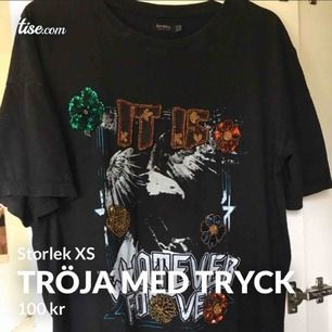 Jätte cool t-shirt från Bershka med tryck och pärldetaljer. Storlek xs, men väldigt oversized. Bra skick! Köparen står för frakten!
