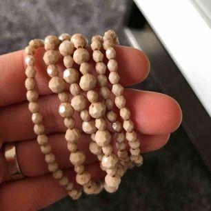 Armband med elastisk tråd •6 stycken •aldrig använda •beige färg •okänt material •45 kr/set 🚭Djurfritt och rökfritt hem 📬Kan skickas mot fraktkostnad(11 kr)