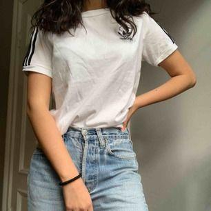 Jättesnygg t-shirt ifrån Adidas och den har så bra passform! Använd 2-3 gånger. Frakt ingår i priset <3