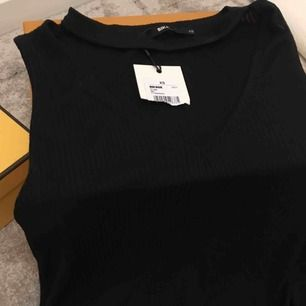 Helt oanvänd tröja från Bikbok med öppna sidor / side slit
