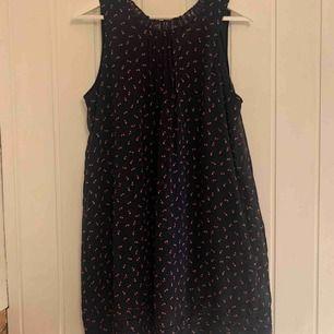 Min älskade klänning från Tommy Hilfiger. Ett band till midjan medföljer!