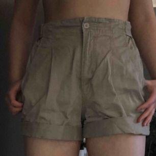 Dom är från 80-talet, omgjorda från byxor till shorts, vet inte vilket märke det är men det är bra kvalitet, inte använd så jätte många gånger, resår i midjan så kan passa en XS.