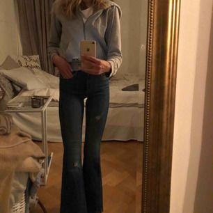 Supersnygga jeans från dr denim!! Jättefin passform!!   Skickar fler bilder om intresse finns. Strl xs men passar s, väldigt töjbara