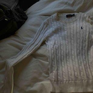 En suuupersöt kabelstickad vit tröja från ralph lauren!!!