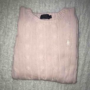 Passar S/M, fint skick då den knappt är använd  Säljer även en i svart och flera andra stickade märkeströjor  Möts i Sthlm annars betalar köparen frakt, tar endast swish :)