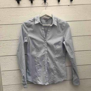 En väldigt fin figursydd ljusblå skjorta. Är i storlek 38 men passar även 36 så den är tight i modellen. Använd Max 3 gånger. 80kr + frakt 💕