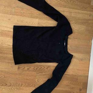 En svart tröja med utsvängda armar. Skönt material och fin till sommarn. Fåtals ggr använd. Man kan ocksp använda den som off shoulder