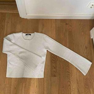 Denna fina glittriga tröja är som en S. Den sitter väldigt tight och är super fin. Den har utsvängda armar. Har använder den 2 ggr max