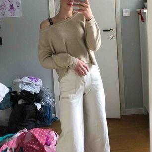 Super duper fin beige stickad tröja från HM. Använd ca 2 gånger så den är i väldigt fint skick går att använda till många olika looks🥰❤️💕
