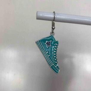 Coolt örhänge ! Aldrig använd ! BARA ETT ÖRHÄNGE. Frakt 11 kr