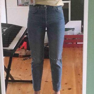 """Ett par helt oanvända jeans som jag köpt från Carlings. De har ett ganska """"diskret"""" hål vid ena knät och ändarna på byxbenen är inte uppsydda utan har en avklippt stil med några få fransar som man kan se på sista bilden.  FRAKT TILLKOMMER✉️"""