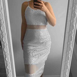 Vit klänning med paljetter från Missguided storlek 38 i fint skick förutom små fläckar på insidan.  Möts upp i Täby eller fraktar.  Frakt kostar 63kr extra, postar med videobevis/bildbevis.