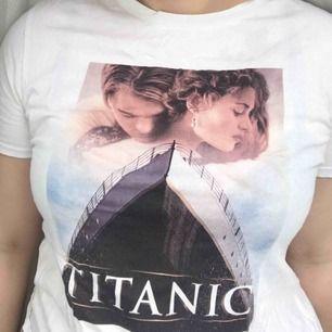 Tshirt med tryck från Titancic🥰 använd men i bra skick. lite skrynklig men stryker såklart innan försäljning 🌷