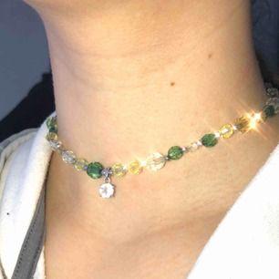 """Grönt """"pärl"""" halsband. Handgjord av mig, skriv gärna om ni vill att jag gör mer som är liknande eller så fast i andra eller samma färg. 45kr + frakt ☺️"""