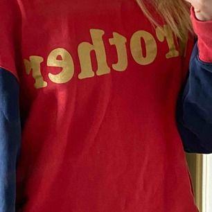 """Skön och trendig sweatshirt från Acne. Med texten """"brother"""" på skrivet i guld."""