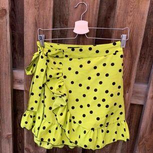 Jättefin oanvänd gul/grön kjol från Boohoo! Säljer för att den inte passar mig och är därför bara testad!   Frakten är 44kr och betalas av köparen💫