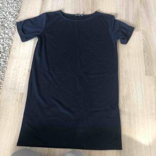 Marinblå T-shirt klänning från Boohoo, super skön i materialet men har tyvärr inte blivit använd.