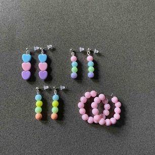 Jättesöta örhängen i pastell som är perfekta nu till våren och sommaren✨🥰 Dom är alla nickelfria och frakt ingår i priset!! 50kr st!!!