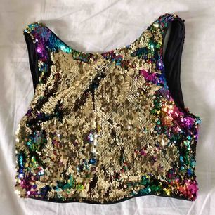 Supersöt croppat linne vara paljetter går att bläddra från guld till regnbågsfärgat!! Bara använd 1 gång 💃🏼frakt tillkommer