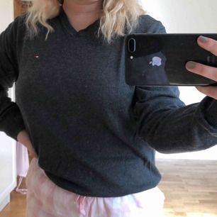 Jätte snygg grå oversized stickat tröja från Tommy Hilfiger!