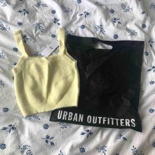 Fluffig, ursnygg croptop från Urban Outfitters! Endast provad. Toppen är en M, men skulle säga att storleken passar mer en S! Priset är inkl. frakt.