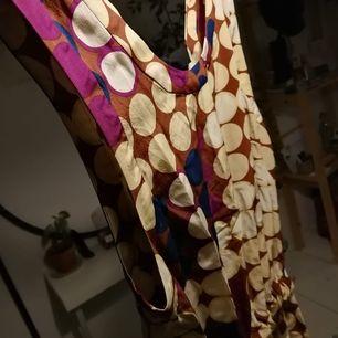 Snyggt designer linne i silkestyg. Har den undanlagd men kan ge mer detaljerad beskrivning, bara hör av er ✨pris kan diskuteras