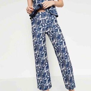 Mönstrade kostymbyxor från Zara, storlek 34/xs. Polyester. Hög midja, fickor.  Möts upp i sthlm, annars tillkommer frakt.