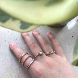 Väldigt fina ringar som man kan matcha till allt🥰 Säljer pga köpte för stor storlek!! Alla på den första bilden för 30 kr och dem stora för 30 kr