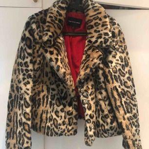 Säljer min knappt använda faux fur jacka som är köpt i new york! Storleken är L men är definitivt mer som en M i storleken. Jätteskön och jättesnygg! Frakten är inte inkluderad i priset.