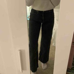 Wide jeans från Gina. Svart-gråa med slitngar på fickorna. As Snygga men tyvärr lite för små för mig. •Jag är 176cm✨🌼 Köparen står för eventuell frakt och priset kan diskuteras☺️