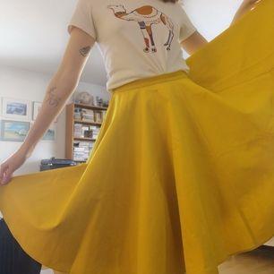 Stilren kjol i bomullsblandning. Aldrig använd och från H&M TREND. Storlek 38