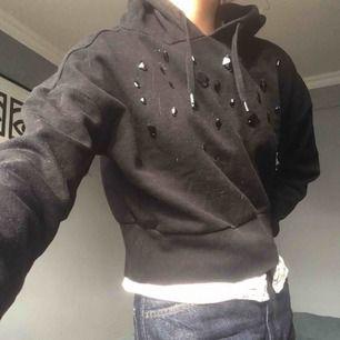 Snygg svart hoodie ! Jätteskön o passar till allt:) Jättebra skick! Möts upp på söder eller fraktar:)