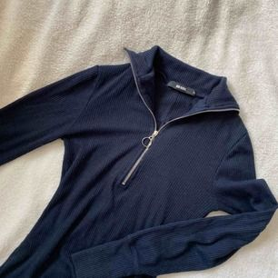 Fin ribbad marinblå tröja med dragkedja