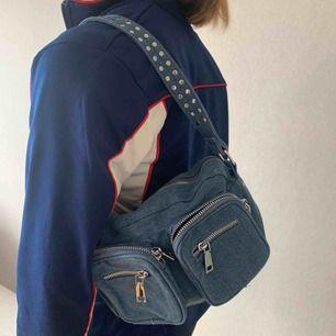 En noella väska i jeanstyg. Inköpt i Danmark för 800kr. Använd rätt så mycket men visar inga tydliga skador