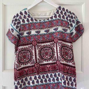 Säljer en jättevacker t-shirt från märket Drylake. I satinliknande material. I massa fina färger som röd, rosa, blå och vit😍