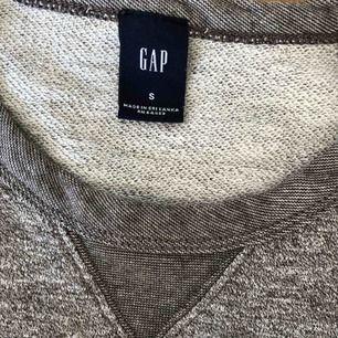 Tröja från Gap  •Mycket bra skick, använd 2-3 ggr •Storlek S •100% bomull •69 kr 🧺Tvättad efter användning 📍Finns i Mölnlycke 🚫Djurfritt och rökfritt hem 📬Kan skickas mot fraktkostnad