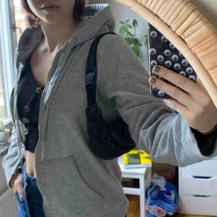 Asball väska i skinn! Ska vara en magväska eller ett fanny pack men jag brukar bara ha den över axeln. Lite sliten men inget som märks. Bandet är justerbart!💕 köpare står för frakt