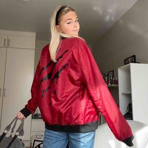 Supercool oversized bomberjacka perfekt nu till våren, får plats tjocka tröjor under också! Tryck på ryggen o tryck på fodret, tror den går att ha ut o in också. Den e röd mer som på första bilden💖💖💖