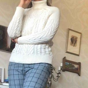 Super fin stickad tröja från Zara Knit! Vit med polokrage. Lite längre modell. I fint skick! +60kr i frakt🥰