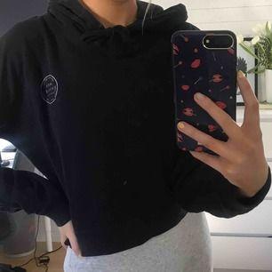 Lite croppad hoodie med luva från Jack Wills, köpt i England för ca 500kr💗 storleken är UK 12 men skulle säga att den passar small