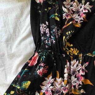 Denna jättefina blommiga jumpsuit från hm, i bra skick! Frakt ingår ej🌺🌺